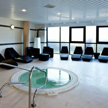 hotel-spa-pool-wellness-luxus-liege-deckchair-sonnenliege-kunststoff-qui-est-paul-organic