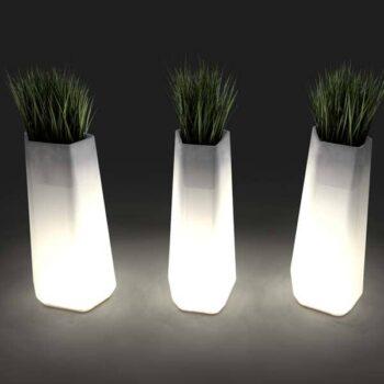 qui-est-paul-rock-garden-designer-pflanzgefaess-beleuchtet