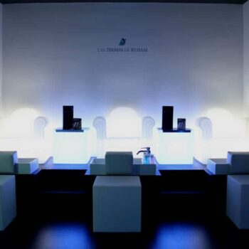 slide-objekt-kosmetik-salon-moebel-beleuchtet-easy-cube