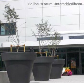 extra-große-pflanzgefäße-stadt-begrünung-öffentliche-ballhaus
