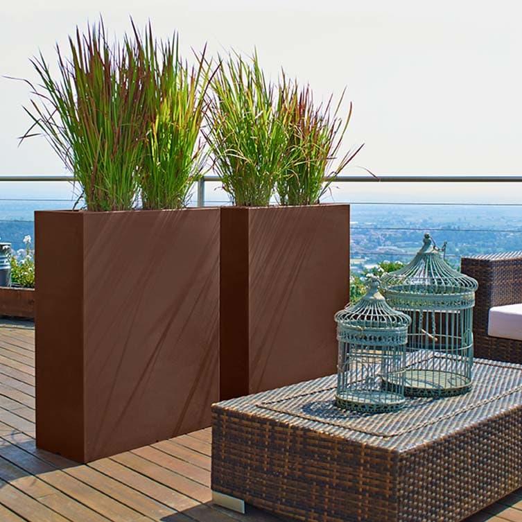 gro e pflanzk sten und kunststoff stelen als attraktiver. Black Bedroom Furniture Sets. Home Design Ideas
