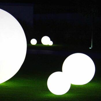 aussenbeleuchtung-gartenbeleuchtung-grosse-kugel-beleuchtet-slide-globo-outdoor-matt-glanz-30-bis-200-cm