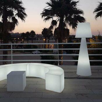beleuchtete-bar-lounge-objekt-moebel-sitzbank-modular-slide-snake-cubo-sitzwuerfel-pivot-stehlampe