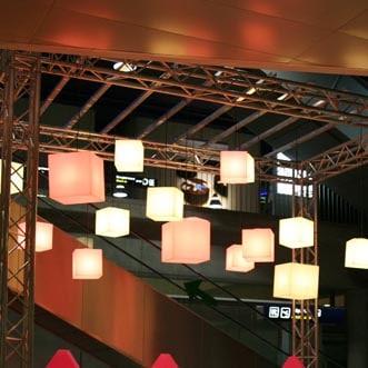 beleuchtete-leuchtwuerfel-haengeleuchten-haengelampe-pendelleuchte-slide-design-cubo-hanging-1