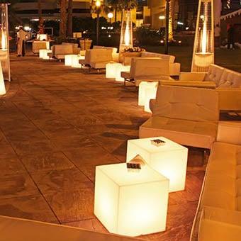 designer-leuchtwuerfel-sitzwuerfel-beleuchtet-slide-design-dubai-desert-river-cubo-peak-3