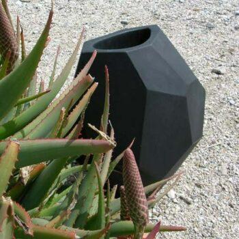 designer-xxl-vase-slide-secret-indoor-outdoor-schwarz-ambiente