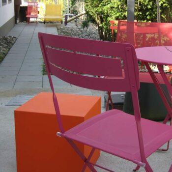 sitzwuerfel-kunststoff-farbig-in-outdoor-gartendekoration-ablage-slide-cubo-40