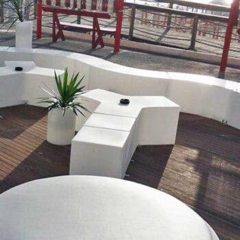 slide-design-ausstattung-gastronomie-moebel-pouf-hocker-ablage-gio-in-outdoor