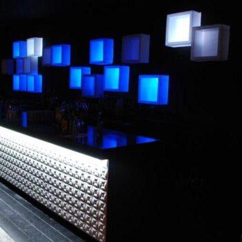 slide-design-moebel-wuerfel-modul-beleuchtet-regal-element-open-cube-produkt-display