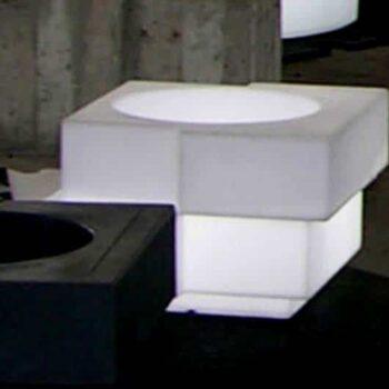 slide-pflanzgefaess-exklusiv-cubic-yo-lack-schwarz-beleuchtet