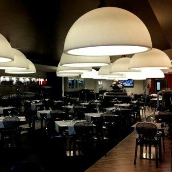 slide-cupole-design-haengeleuchte-halbrund-pendelleuchte-gastronomie-beleuchtung
