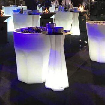 beleuchtete-xxl-pflanzgefaesse-objekt-ausstattung-hotel-gastronomie-plust-cubalibre-light-2