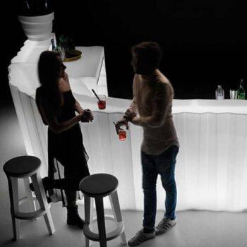 plust-bar-design-beleuchtet-frozen-light-moebel-in-outdoor--theke-beleuchtet