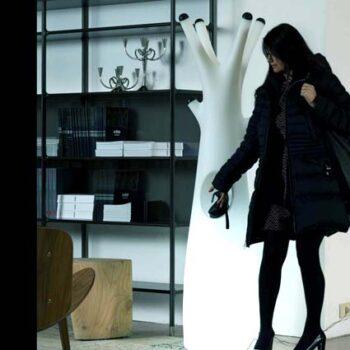 plust-godot-light-designer-kleiderstaender-beleuchtet