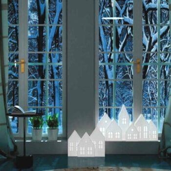 winter-schaufenster-shop-gastronomie-dekoration-slide-kolme-kuusi-design-winterdorf-winter-tisch-beleuchtet-winter-kulisse-x-mas-dekoration