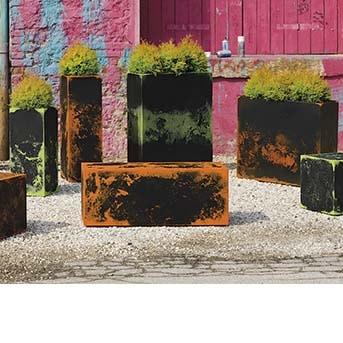 premium-pflanzkasten-kunststoff-in-outdoor-industrie-style-sonderfarben