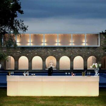 exklusive-bar-theke-beleuchtet-luxus-barmoebel-in-outdoor-slide-cordiale